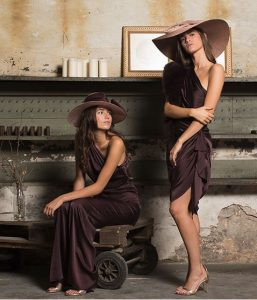 mono-y-vestido-drapeado-chocolate-de-by-biombo
