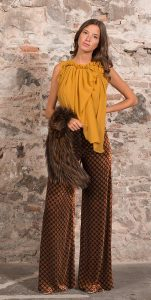 pantalon-ancho-estampado-top-mostaza-y-cuello-zorro-de-by-biombo
