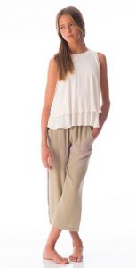 Top crudo y pantalones beige de Antimilk